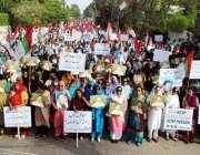 کراچی، نادرا دفتر کے باہر متحدہ قومی موومنٹ کے ارکان الطاف حسین کو ..