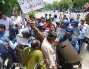 اسلامآباد، تحریک انصاف کے کارکن الیکشن کمیشن کے سامنے احتجاج کے دوران ..