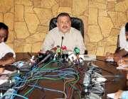 کراچی، سینئر وزیر سندھ شرجیل انعام میمن اپنے دفتر میں پریس کانفرنس ..