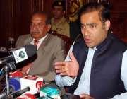 پشاور، وفاقی وزیر عابد شیر علی پریس کانفرنس سے خطاب کر رہے ہیں۔