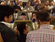 لاہور، مولانا طاہر القادری جہاز میں صحافیوںسے گفتگو کر رہے ہیں۔
