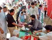 لاہور، باغبانپورہ سستا رمضان بازار میں شہری چینی حاصل کرنے کیلئے قطار ..