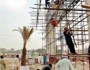 لاہور، یادگار فلائی اوور منصوبے پر مزدور کام کر رہے ہیں۔