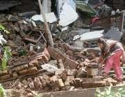 راولپنڈی، سیلاب سے متاثرہ کرسچین کالونی کی رہائشی خاتون مکان کے ملبے ..