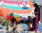 اسلامآباد، انقلاب مارچ کے دھرنے میں شریک لڑکیاں سڑک کنارے سٹال سے ..