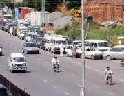 راولپنڈی، سی این جی کی بندش کے باعث ایک کھلے سی این جی سٹیشن پر گاڑیوں ..