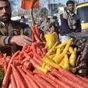 کوئٹہ، سبزی فروش زرغون روڈپر گاجریں فروخت کر رہا ہے جن میں تین مختلف ..