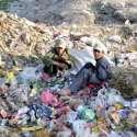کوئٹہ: بلوچستان یونیورسٹی کے سامنے پڑے کچرے کے ڈھیر سے بچے ضروری چیزیں ..