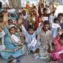 لاہور: کمالیہ کے بھٹہ مزدور اپنے مطالبات کے حق میں فیصل چوک میں احتجاج ..