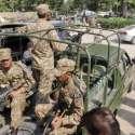 لاہور: پاک فوج کے جوان حلقہ این اے 122کے ضمنی الیکشن کے لیے پولنگ کا سامان ..
