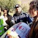 چترال: فلاح انسانیت فاؤنڈیشن کے رضا کار زلزلہ متاثرین میں بستر تقسیم ..