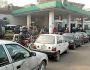 لاہور، پیٹرولیم مصنوعات کی قیمتوں میں کمی کے بعد مختلف علاقوں میں پیٹرول ..