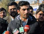 پشاور، ٹیسٹ کرکٹر یاسر حمید آرمی پبلک سکول کے دورہ کے موقع پر میڈیا ..