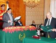 اسلام آباد، صدر مملکت ممنون حسین ایوان صدر میں سینیٹر مشاہد اللہ سے ..
