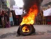 لاہور، کوٹ خواجہ سعید کے رہائشی گیس کی بندش کیخلاف ٹائر جلا کر احتجاج ..