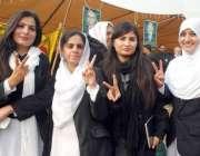 لاہور، بار ایسوسی ایشن کے انتخابات کے موقع پر خواتین وکلا فتح کا نشان ..