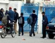 اسلامآباد، سانحہ پشاور کے بعد سکول کھلنے پر بچے سکول میں داخل ہو رہے ..