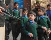 لاہور، سانحہ پشاور کے بعد تعلیمی ادارے دوبارہ کھلنے پر ایک سکول کے ..