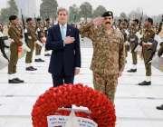 راولپنڈی، امریکی وزیر خارجہ جان کیری شہدا کی یادگار پر پھول رکھ رہے ..