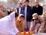 پشاور، تحریک انصاف کے چئیرمین عمران خان کی اہلیہ ریحام عمران خان آرمی ..