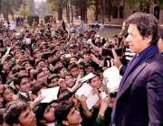 پشاور، تحریک انصاف کے چئیرمین عمران خان آرمی پبلک سکول میں طلبا سے ..