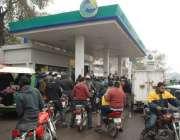 لاہور، صوبائی دارالحکومت میں پیٹرول کی سپلائی کی بندش کے باعث ایک کھلے ..