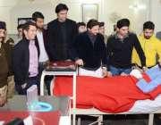 پشاور، قومی کرکٹ ٹیم کے کھلاڑی سانحہ پشاور میں زخمی ہونے والے بچوں ..