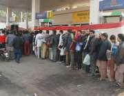 لاہور، شہر میں پیٹرول کی شدید قلت کے باعث شہری پیٹرول کے حصول کیلئے ..
