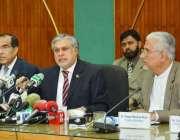 اسلامآباد، وفاقی وزیر خزانہ اسحاق ڈار پریس کانفرنس سے خطاب کر رہے ..
