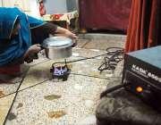 راولپنڈی، کرتار پورہ میں گیس کی شدید قلت کے باعث ایک خاتون کمپریسر ..