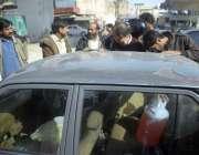راولپنڈی، ملک میںجاری پیٹرول بحران کے پیش نظر شہری بلیک پیٹرول فروخت ..