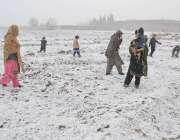 کوئٹہ، شہری اور بچے برفباری کا مزہ اُٹھا رہے ہیں۔
