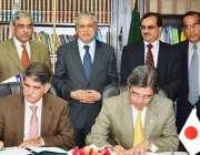 اسلامآباد،پاکستان اور جاپان حکام مختلف معاہدوںپر دستخط کر رہے ..