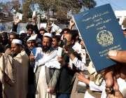 پشاور، افغان مہاجرین اپنے مطالبات کے حق میں احتجاجی مظاہرہ کر رہے ہیں۔