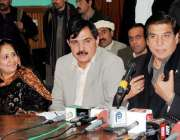 پشاور، سابق وزیراعظم راجہ پرویز اشرف پریس کانفرنس سے خطاب کر رہے ہیں۔