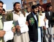 پشاور، پشاور کے شہری افغانستان کا ویزہ نہ ملنے پر پریس کلب کے باہر احتجاج ..