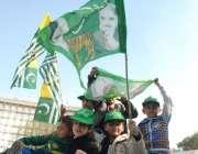 لاہور، مسلم لیگ ن کے زیر اہتمام اظہار یکجہتی کشمیر کے موقع پر نکالی ..