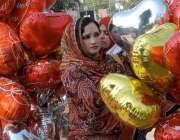 لاہور، خواتین ویلنٹائن ڈے کے حوالے سے غبارے خرید رہی ہے۔