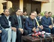 لاہور، پیپلز پارٹی پنجاب کے صدر میاں منظور احمد وٹو پریس کانفرنس سے ..