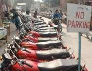 لاہور، سی ٹی او آفس کےسامنے نو پارکنگ کا بورڈ آویزاں ہونے کے باوجود ..