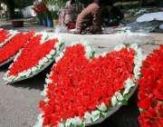 اسلامآباد، ویلنٹائن ڈے کے حوالے سے ایک پھولوں والی دکان پر دلکش گلدستے ..