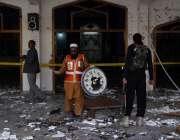 پشاور، امامیہ مسجد پر دہشتگردوں کے حملے کے بعد ریسکیو اہلکار امدادی ..