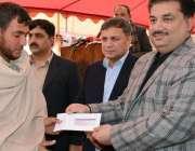 مردان، وفاقی وزیر تجارت خرم دستگیر خان تمباکو ریسرچ سنٹر میں تمباکو ..