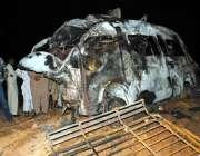حیدرآباد، سلنڈر پھٹنے کے بعد دھماکے سے تباہ ہونے والی مسافر وین۔