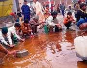 حافظ آباد، شہریوں کی بڑی تعداد زیر تعمیر سڑک پر اُلٹنے والے آئل ٹینکر ..