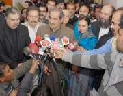 کوئٹہ، وفاقی وزیر ریلوے خواجہ سعد رفیق صحافیوں سے گفتگو کر رہے ہیں، ..