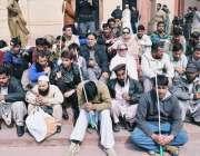 لاہور، نابینا افراد مسلسل دوسرے روز پنجاب اسمبلی کی سیڑھیوں کے باہر ..