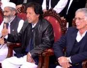 پشاور،تحریک انصاف کے چئیرمین عمران خان پریس کانفرنس سے خطاب کر رہے ..