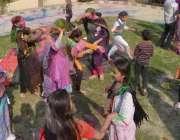 حیدرآباد، ہندو خواتین ہولی کا تہوار منا رہی ہیں۔