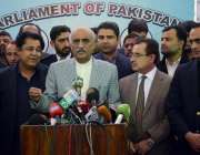 اسلامآباد، قائد حزب اختلاف سید خورشید شاہ قومی اسمبلی کے باہر صحافیوں ..